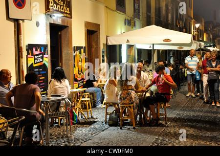 Portugal - Madère - Funchal Zona Velha - vibrant café + restaurant - la vie en vertu de l'éclairage de rue Banque D'Images