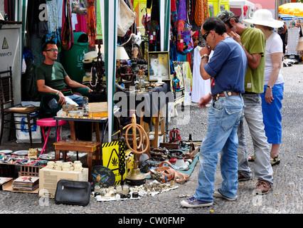 Portugal - Madère - Funchal zona velha - Décrochage dans la rue du marché - les acheteurs qui envisagent un achat Banque D'Images