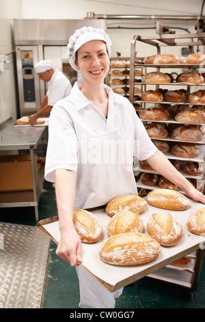 Bac de transport Chef de pain dans la cuisine Banque D'Images