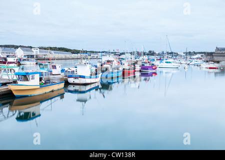 Bateaux de pêche dans le port de Concarneau, Bretagne, France, et la maison de vente aux enchères du poisson sur Banque D'Images