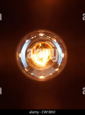 Seul allumé la lampe de tungstène incandescent isolé sur fond noir Banque D'Images