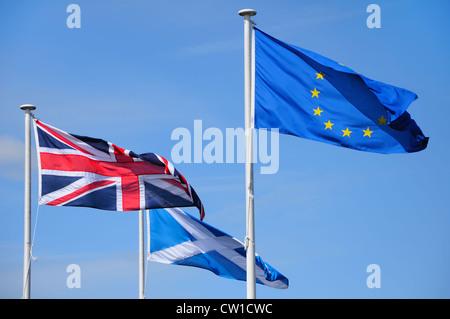 Britannique, européenne et Scottish drapeaux flottants sur des poteaux dans l'Éolien Banque D'Images