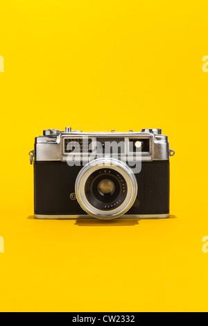Appareil-photo de film analogique rétro sur fond jaune Banque D'Images