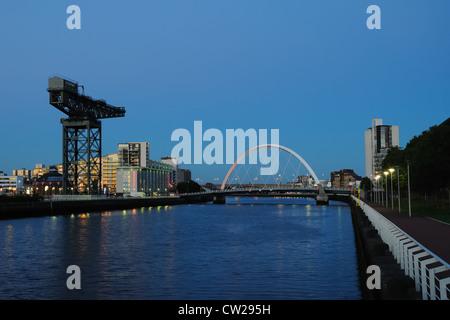 Vue le long de la rivière Clyde à Glasgow. L'allée mène à la rivière Clyde et à l'arc à travers Finnieston crane.