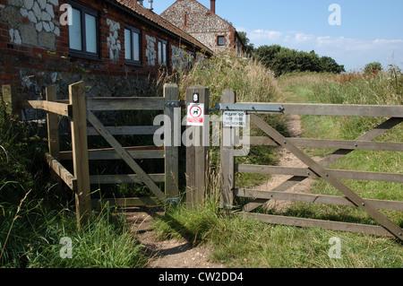 La Norfolk Coast Path Sentier national à Brancaster Staithe, Norfolk, UK Banque D'Images