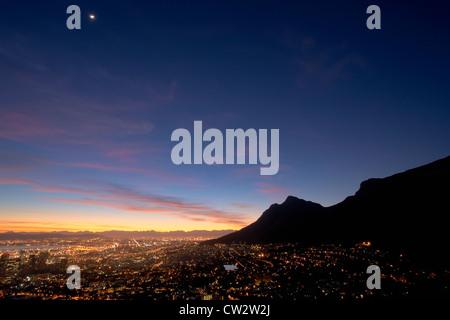 Centre-ville du Cap au lever du soleil avec une vue sur la Montagne de la table. Cape Town, Afrique du Sud Banque D'Images