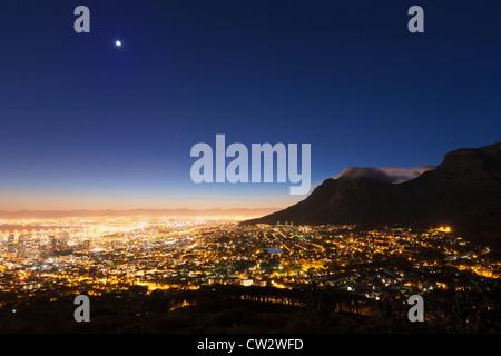 Centre-ville du Cap au lever du soleil avec une vue sur la Montagne de la table. Cape Town Afrique du Sud. Banque D'Images