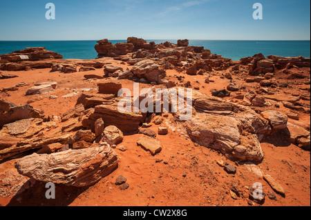 Les falaises rouges en contraste frappant avec le ciel bleu profond et de l'océan à Gantheaume Point, Broome, Australie Banque D'Images