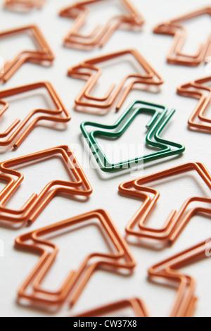 Flèche verte aller contre le flux de flèches orange Banque D'Images