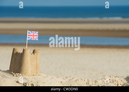 Union Jack flag dans un château de sable sur une dune de sable. Wells next the sea. Norfolk, Angleterre Banque D'Images