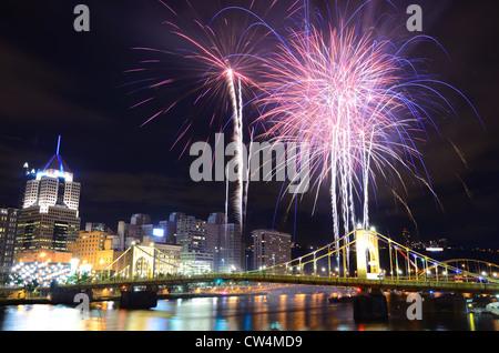 D'artifice sur la rivière Allegheny, au centre-ville de Pittsburgh, Pennsylvanie, USA.