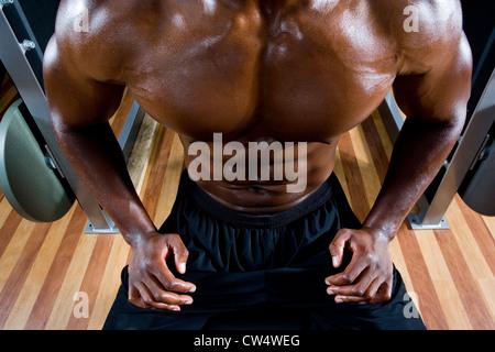 Portrait d'un homme torse nu après avoir travaillé dans la salle de sport Banque D'Images