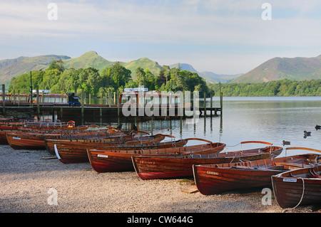 Barques sur la rive du Derwent Water à Keswick sur un paisible matin d'été dans le Lake District Banque D'Images