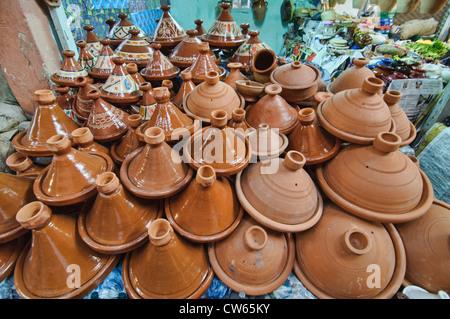 Plats tajine en céramique pour la vente dans l'ancienne médina de Marrakech, Maroc Banque D'Images