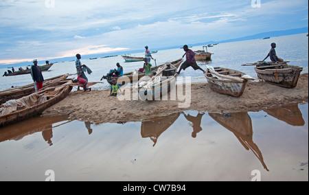 Enfants jouant sur des bateaux de pêche au lac Tanganyika, au Burundi, de Makamba Banque D'Images