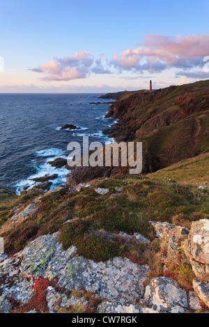 Coucher du soleil le long de la côte près de Cornwall le Levant des mines à St Just, une vieille cheminée en provenance Banque D'Images