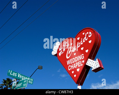 Cupid's Wedding Chapel Red Heart Sign Flèche Néon Las Vegas Blvd & Hoover ave des plaques de rue Las Vegas NEVADA Banque D'Images