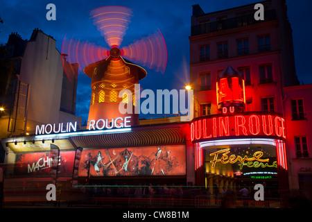Moulin Rouge, le français de Red Mill, est un cabaret dans la région de Pigalle, Paris, France Banque D'Images