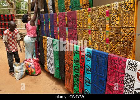 Affichage de chiffon estampillé adinkra, Ntonso, Ghana Banque D'Images