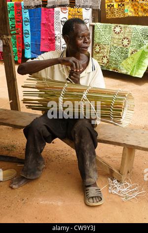 L'homme fait qu'il voyage en face de chiffon estampillé adinkra, Ntonso, Ghana Banque D'Images