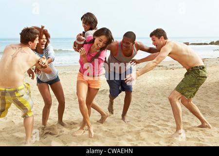 Amis de beach rugby Banque D'Images