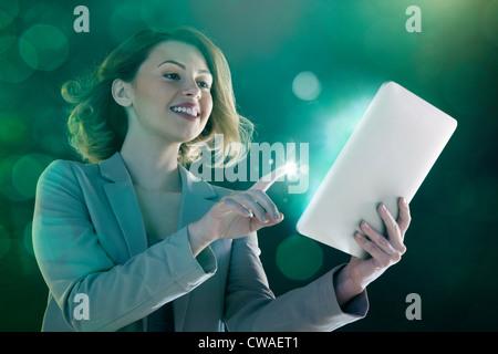Jeune femme digital tablet et léger sur le doigt Banque D'Images
