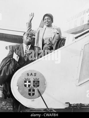 Louis Armstrong (1901-1971), musicien de jazz afro-américain, et son épouse Lucille boarding airplane pour Stockholm. 1952.