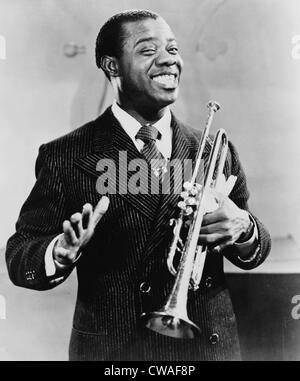 Louis Armstrong (1901-1971), musicien de jazz afro-américain, tenant sa trompette, 1948.