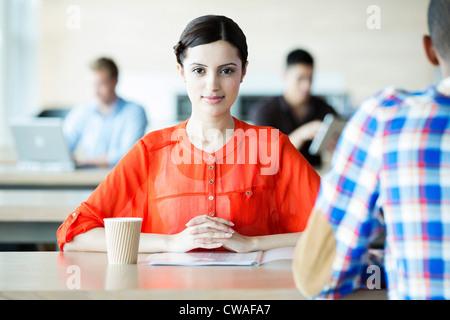 Jeune femme dans la salle de pause Banque D'Images