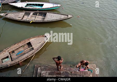 Les jeunes hommes le bain et le lavage dans les ghats du Gange. Varanasi, Inde Banque D'Images