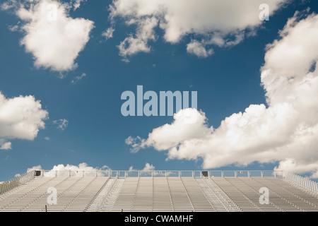 Des gradins vides contre le ciel bleu et nuages Banque D'Images
