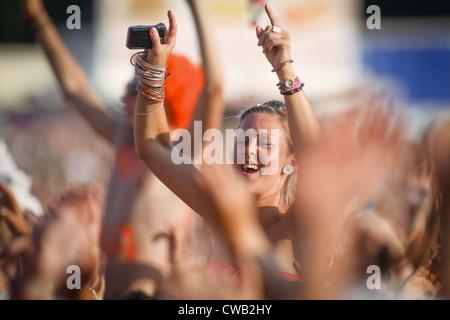 Une fille dans la foule profitant de la musique live au Festival de V à Hylands Park, Chelmsford, Essex Banque D'Images