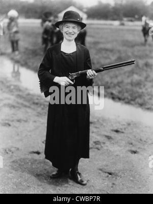 Annie Oakley (1860-1926), en 1922 avec un fusil qui lui a été donné par Buffalo Bill. Née Phoebe Ann Moses, elle a passé toute sa vie