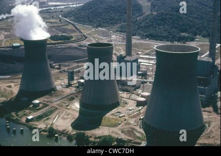 Tours de refroidissement à l'eau de la centrale électrique de John Amos est une centrale alimentée au charbon en Banque D'Images