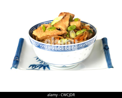 Style asiatique ou chinoise authentique délicieux poulet sauté coloré, Chow Mein isolés contre fond blanc, avec Banque D'Images