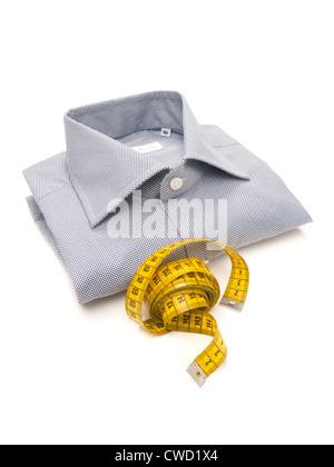 Shirt pour hommes bleu et blanc avec ruban jaune sur fond blanc Banque D'Images