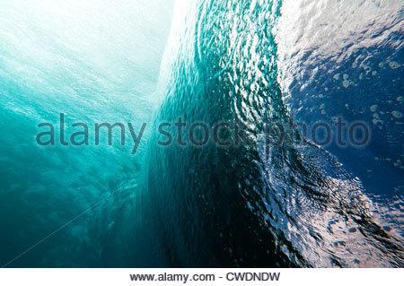 Vue latérale du sous-marin d'une vague se brisant sur un récif, Rarotonga, îles Cook. Banque D'Images