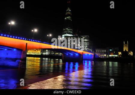 Le Pont de Londres dans la nuit avec le fragment et la cathédrale de Southwark, Londres à l'arrière-plan