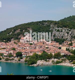 Le village provençal de Bauduen sur une colline donnant sur le Lac de Sainte Croix, dans le sud de la France Banque D'Images