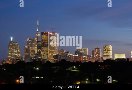 Toronto - Vue de l'horizon avec gratte-ciel et la CN Tower at Night