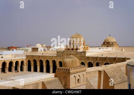 Vue panoramique de la grande mosquée de Kairouan en Tunisie avec ses murs en pierre Banque D'Images
