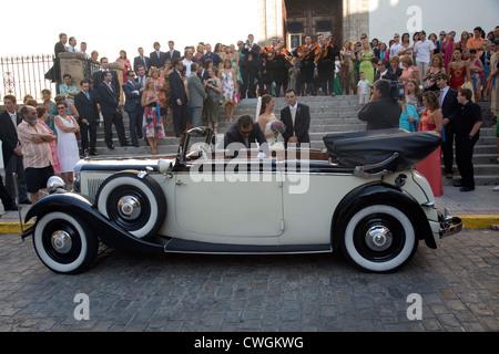 Espagne, Mercedes-timers attendent les mariés à un mariage Espagnol