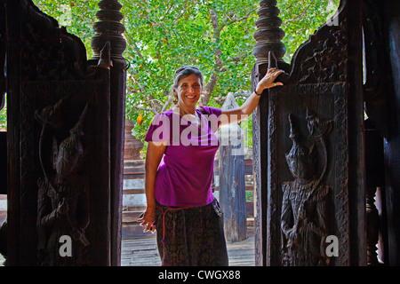 Christine Kolisch au monastère de BAGAYA KYAUNG teck qui date de 1834 dans la ville historique de INWA - Myanmar Banque D'Images