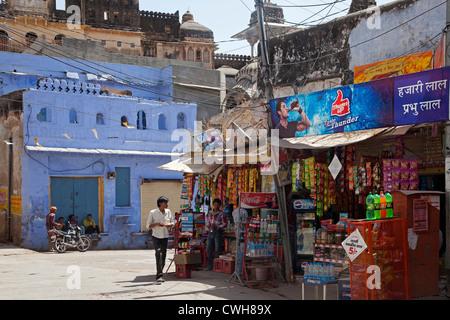 Maisons bleu et épicerie dans le vieille ville de Bundi, Rajasthan, Inde