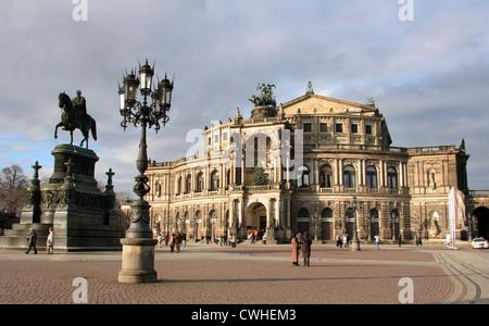 Dresde, la Place du Théâtre avec statue équestre du roi Johann Semperoper et Banque D'Images