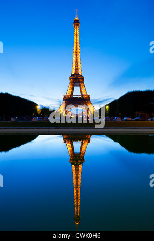 Paris Tour Eiffel illuminée la nuit du Champs de Mars gardens reflète dans une piscine Paris France Europe de l'UE Banque D'Images