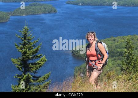 Femme hiker avec vue sur la montagne et le lac en arrière-plan Banque D'Images
