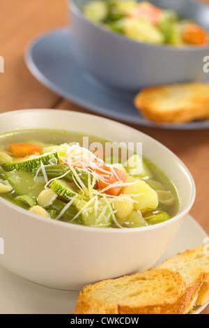 Bol plein de végétariens maison soupe minestrone italien fait d'haricots verts, courgettes, carottes, pommes de Banque D'Images