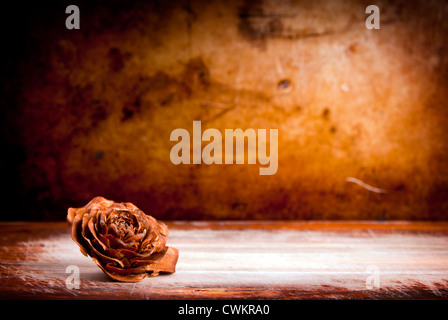 Rose en bois contre un vintage grunge background with copy space Banque D'Images
