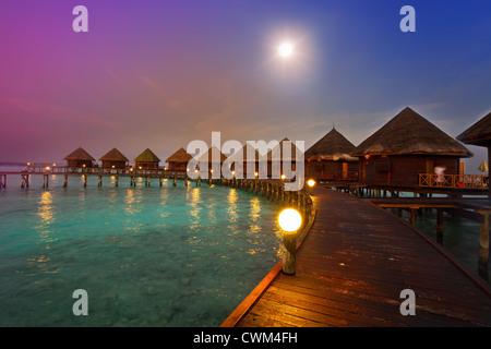 Maisons sur pilotis sur l'eau la nuit dans fool moon light Banque D'Images
